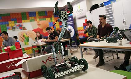 VEX EĞİTMEN EĞİTİMİYLE ÖĞRETMENLERİMİZ ŞİMDİ ROBOT KODLAMADA DAHA YETKİN